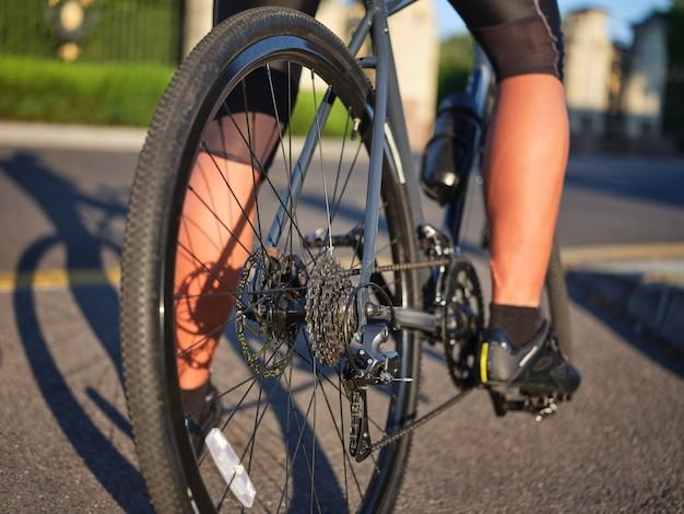 Zamknij widok na koło i łańcuch profesjonalnego rowerzysty szosowego jeżdżącego na rowerze