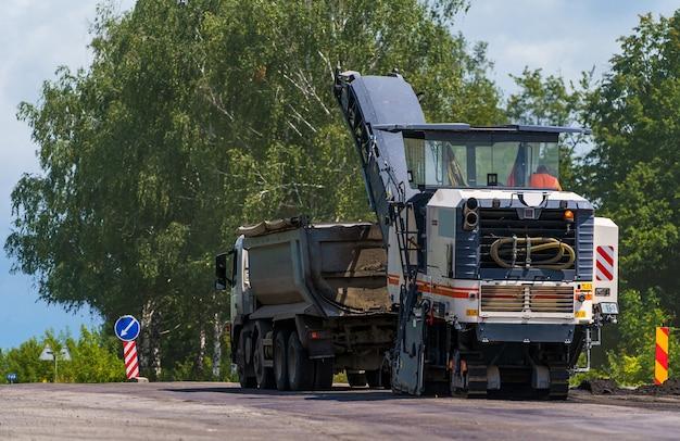 Zamknij widok na maszynę do remontu dróg pracującą na budowie nowej drogi. selektywne skupienie. zbliżenie