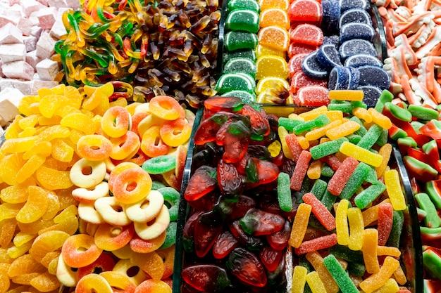 Zamknij widok na różne kolorowe cukierki galaretki o różnych kształtach na rynku w stambule w turcji