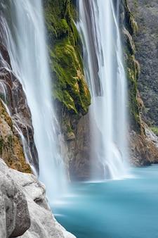 Zamknij widok na spektakularny wodospad tamul na rzece tampaon, huasteca potosina, meksyk