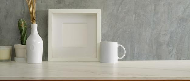 Zamknij widok nowoczesnego wystroju wnętrza domu z makietą ramy, dekoracjami i miejscem na kopię na marmurowym biurku