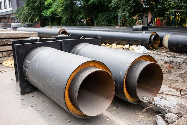 Zamknij widok nowych izolowanych rur wodociągowych na drogach miasta w letni dzień