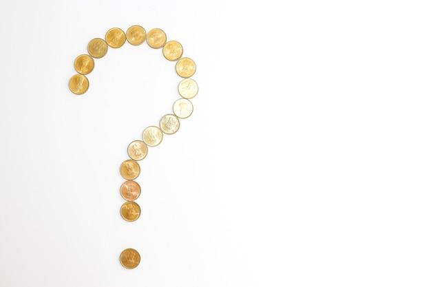 Zamknij widok nowych monet indyjskich na białym tle. koncepcja znaku zapytania.