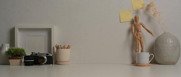 Zamknij widok obszaru roboczego z aparatem dostarcza dekoracje i kopiuje przestrzeń w pokoju biurowym w domu