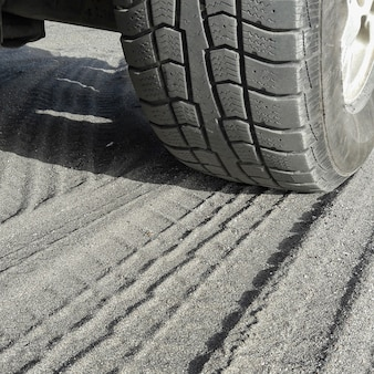 Zamknij widok opon samochodowych na piasku ekstremalna przygoda