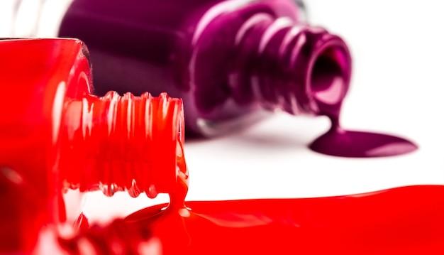 Zamknij widok otwartych butelek z lakierem do paznokci