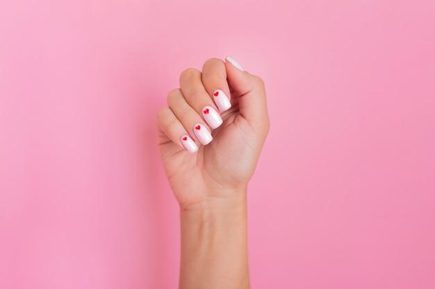 Zamknij widok pięknej kobiecej dłoni z paznokci manicure mody