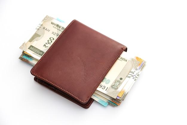 Zamknij widok portfela z zupełnie nowymi indyjskimi banknotami 50 100 200 500 rupii