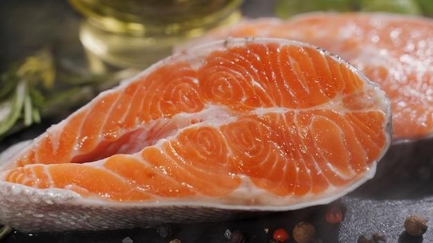 Zamknij widok procesu przyprawiania fileta z łososia