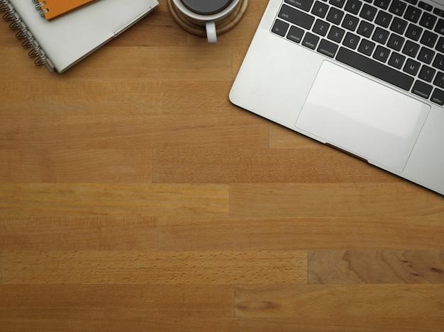 Zamknij widok przestrzeni kopii na drewnianym stole roboczym z laptopem i dostawami