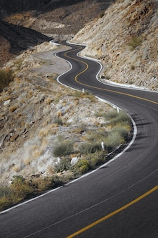 Zamknij widok pustej drogi przez malowniczy kanion w santa rosalia, baja california, meksyk