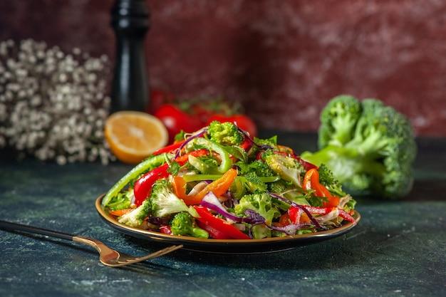 Zamknij widok pysznej wegańskiej sałatki ze świeżymi składnikami na talerzu