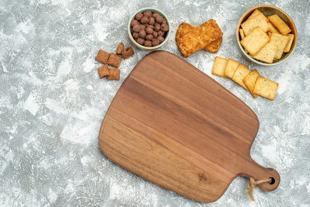 Zamknij widok różnych plików cookie z herbatnikami i deska do krojenia na niebiesko