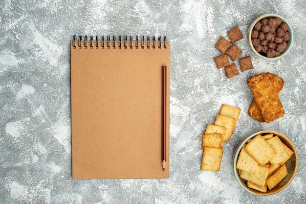 Zamknij widok różnych plików cookie z herbatnikami i notebooka na niebiesko