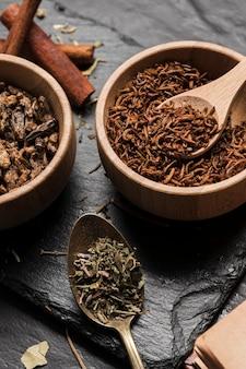 Zamknij widok smażone robaki z przyprawami
