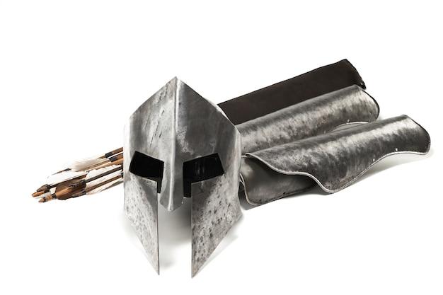 Zamknij widok średniowiecznej zbroi żelaznej i broni na białym tle