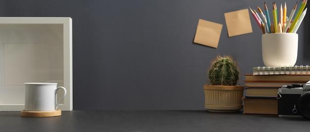 Zamknij widok stołu do nauki z aparatem, książkami, dekoracjami papierniczymi w pokoju biurowym