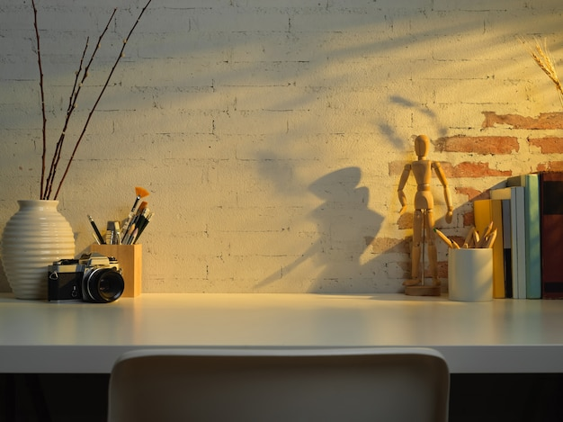 Zamknij widok stołu do nauki z przestrzenią do kopiowania, książkami, elementami szkoły reklamy aparatu w salonie