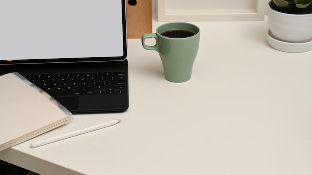 Zamknij widok stołu roboczego z cyfrowym tabletem