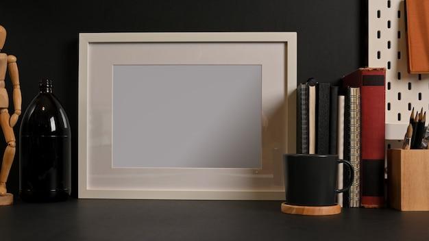 Zamknij widok stołu roboczego z makietą dekoracji papeterii ramowej i skopiuj miejsce w pokoju oficera domowego