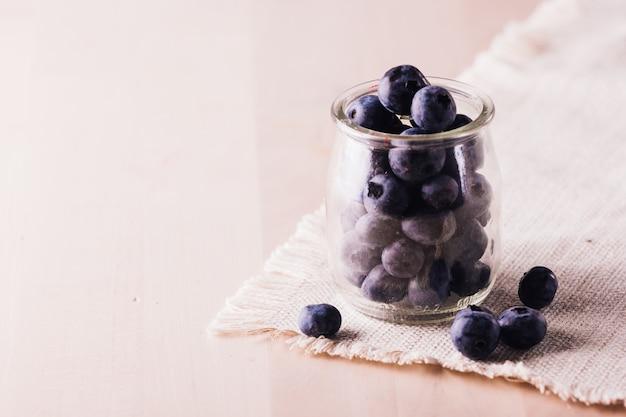 Zamknij widok świeżych jagód w szklanym słoiku