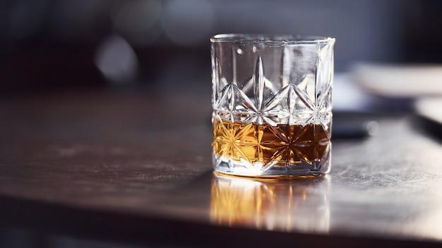 Zamknij widok szkła z alkoholem w pomieszczeniu w restauracji.
