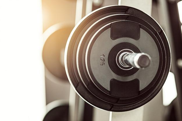 Zamknij widok sztangi na podłodze w siłowni