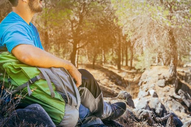 Zamknij widok trekker w lesie