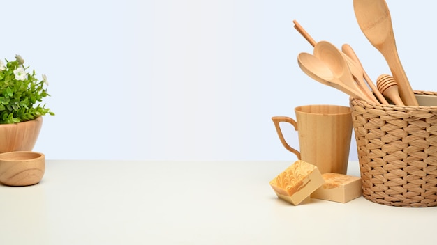 Zamknij widok twórczej sceny z drewnianymi naczyniami kuchennymi i skopiuj przestrzeń na białym tle, koncepcja zero waste
