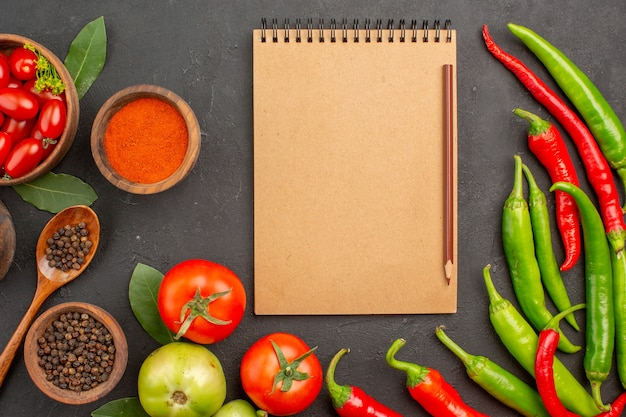 Zamknij widok z góry miskę pomidorów cherry gorącej czerwonej i zielonej papryki i pomidorów