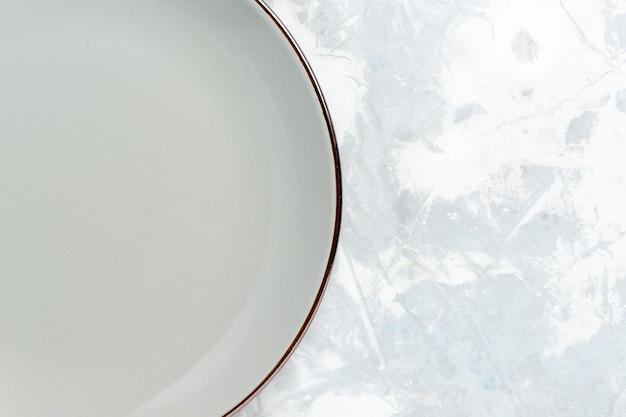 Zamknij widok z góry pusty okrągły talerz na białej ścianie płyta kuchnia jedzenie zdjęcie kolor sztućców