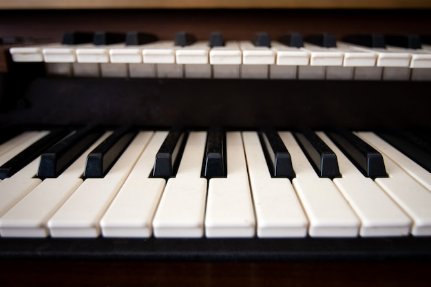Zamknij widok z przodu klawiatury fortepianu.