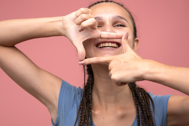 Zamknij widok z przodu młoda dziewczyna uśmiechnięta na różowo