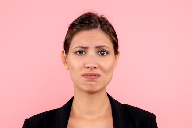 Zamknij widok z przodu młoda kobieta w ciemnej kurtce na różowym tle