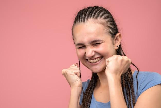 Zamknij widok z przodu młodej dziewczyny radującej się na różowo