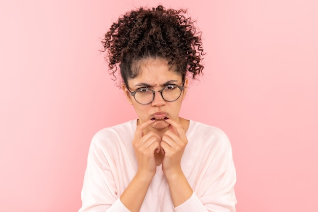 Zamknij widok z przodu młodej kobiety mylić na różowo