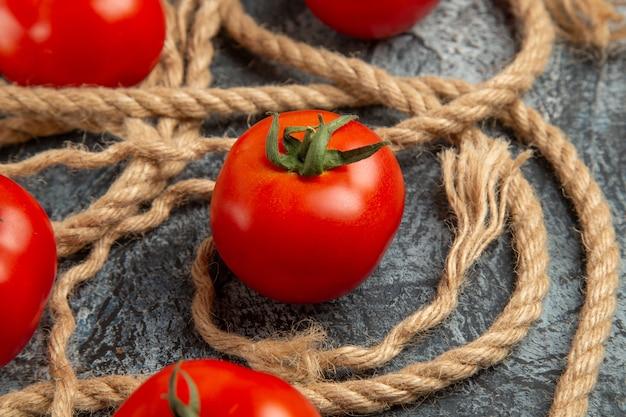 Zamknij widok z przodu świeże czerwone pomidory z linami