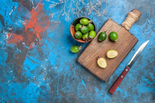 Zamknij widok zielonej małej bomby witaminowej świeżych feijoas w brązowym garnku