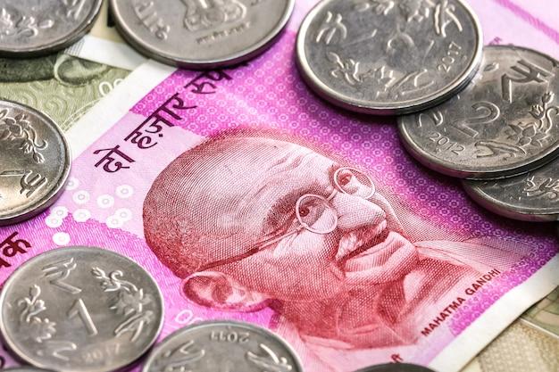 Zamknij widok zupełnie nowy banknot 2000 rupii indyjskich i monety. 500 banknotów rupii w tle.