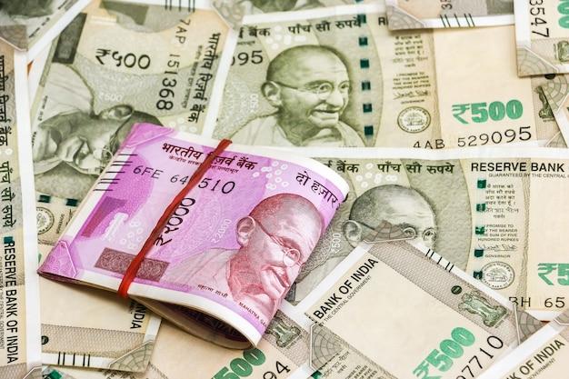 Zamknij widok zupełnie nowych banknotów 2000 rupii indyjskich. 500 banknotów rupii w tle.