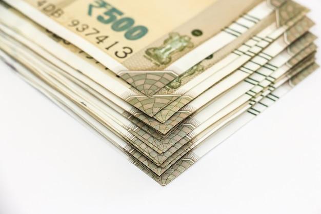 Zamknij widok zupełnie nowych banknotów 500 rupii indyjskich.