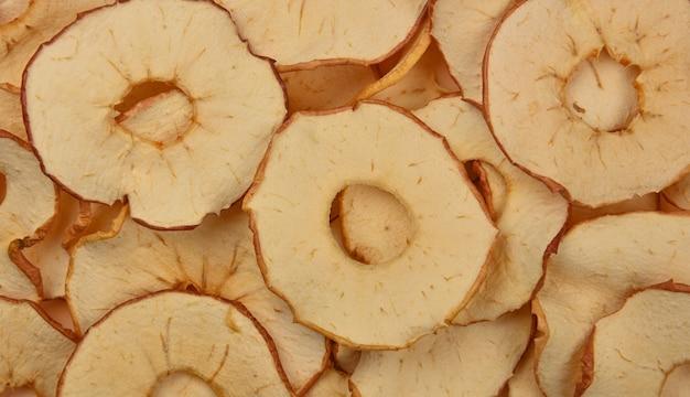 Zamknij wiele suszonych, chrupiących chipsów jabłkowych na wystawie detalicznej, uniesiony widok z góry, bezpośrednio nad