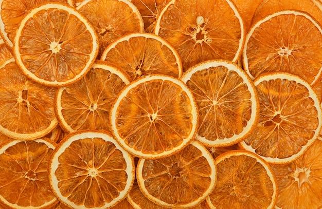 Zamknij wiele suszonych chrupiących pomarańczowych chipsów pierścieniowych na wystawie detalicznej, uniesiony widok z góry, bezpośrednio nad