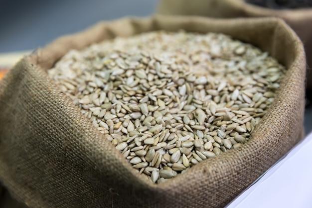 Zamknij worek pełen oczyszczonych nasion słonecznika