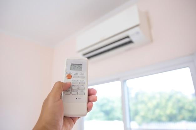 Zamknij zdalny zestaw do regulacji temperatury w 25 stopniach klimatyzatora.