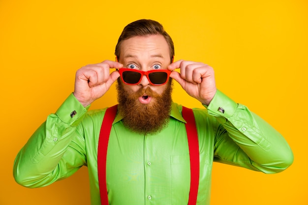 Zamknij zdjęcie szalonego zdumionego spojrzenia otępienia o niesamowitej okazji dotknąć nowoczesne specyfikacje krzycz nosić dobrze wyglądające ubrania izolowane na jasnym kolorze