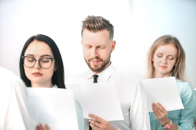 Zamknij zespół biznesowy przed rozpoczęciem spotkania roboczego. koncepcja startupu