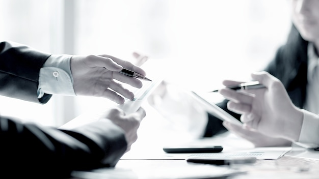 Zamknij zespół up.business omawiający dane finansowe. pomysł na biznes