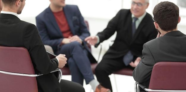Zamknij zespół up.business omawianie nowych pomysłów. pomysł na biznes