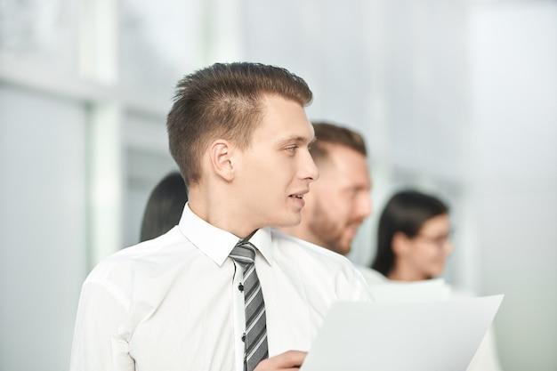 Zamknij zespół up.business z dokumentami dla nowego projektu. pomysł na biznes